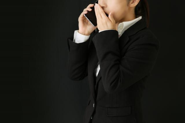 ネットワークビジネスに勧誘する女性