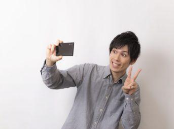 自撮り写真を撮る男性
