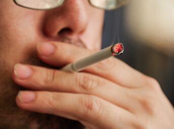 タバコを吸う喫煙者